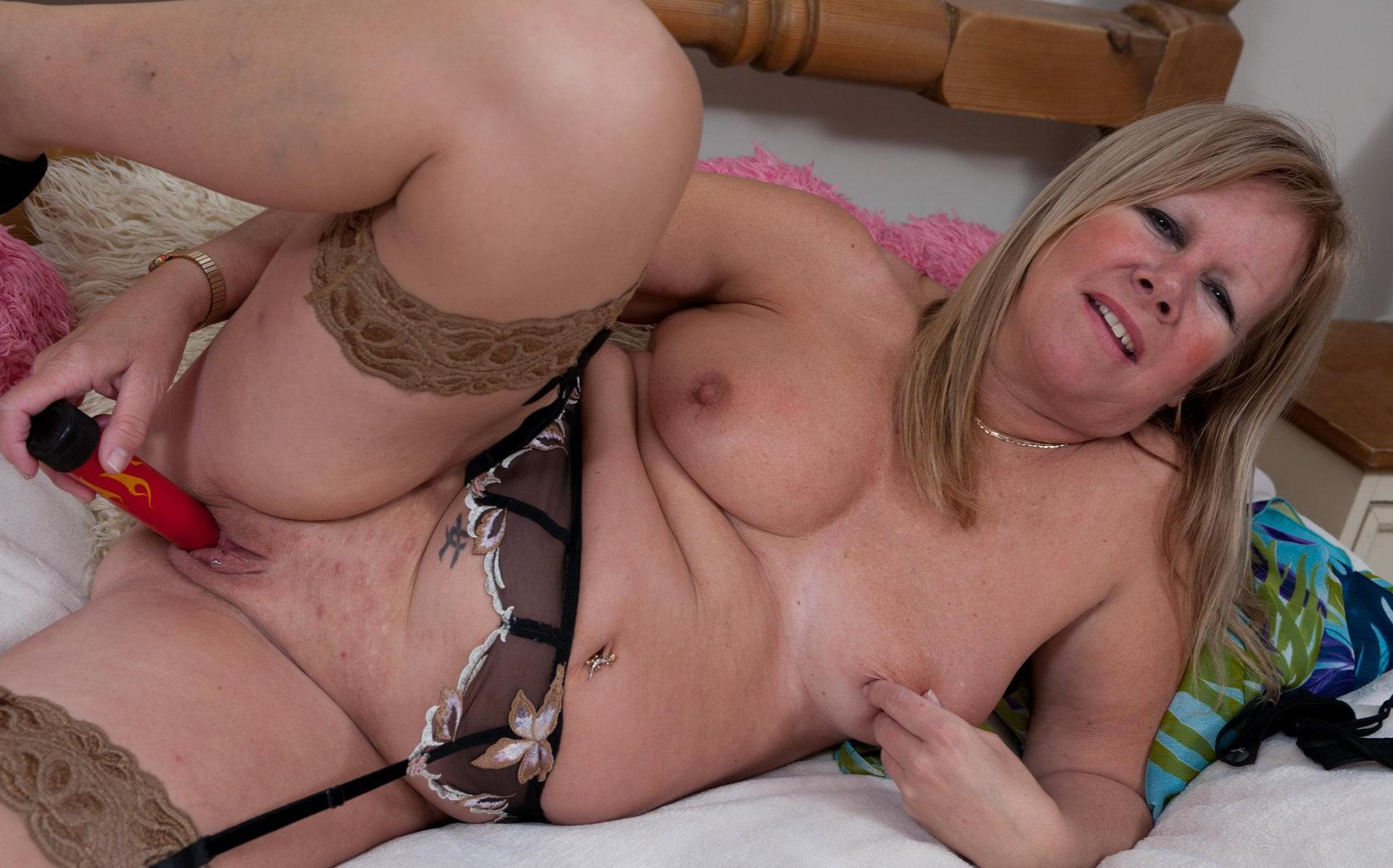 Elisa a lustfull granny fucks her 60 years old cunt with a piece of dildo