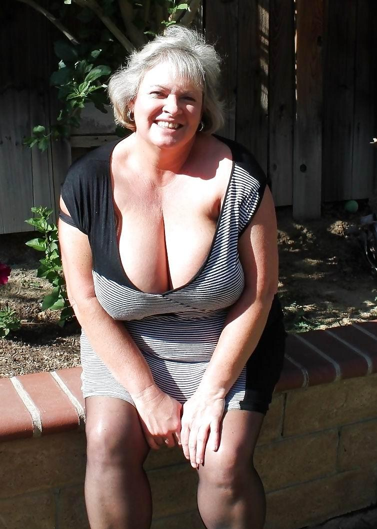Mariah ,a  lustfull granny who likes to give very hard handjob
