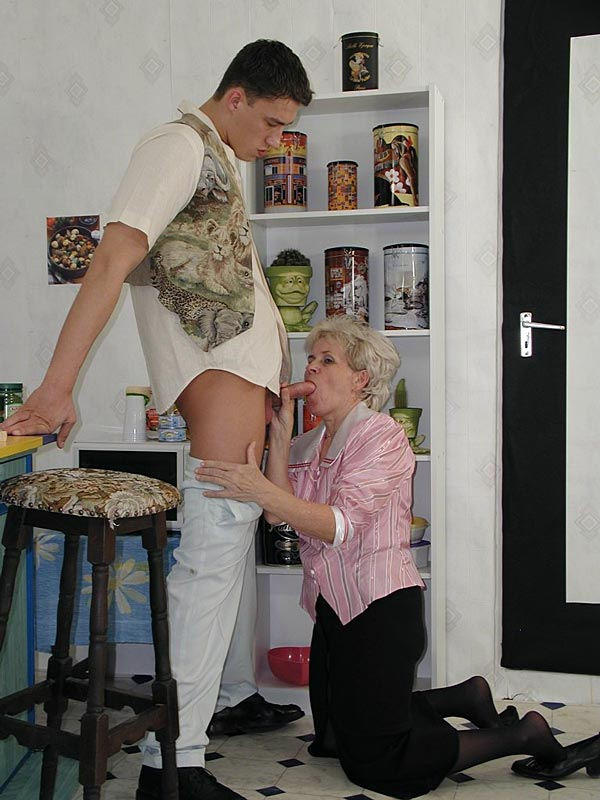 fetching granny mom likes to take it passive analsex