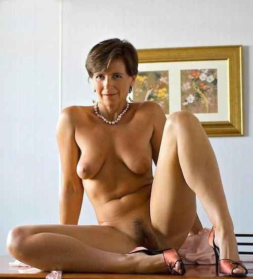Danielle a 54 old rotten SEXY MOM posing naked in the kittchen