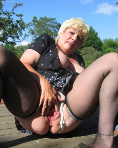 Melinda a 74 old admirable BBW GRANNY spreading her huge old hole