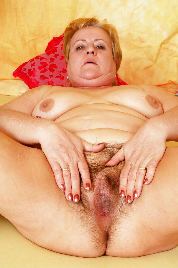 Cindy a 65 old nice BBW GRANNY offering her huge cunt for a cum injection