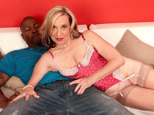 pic ofMary has a faible for black dick inside her old twat