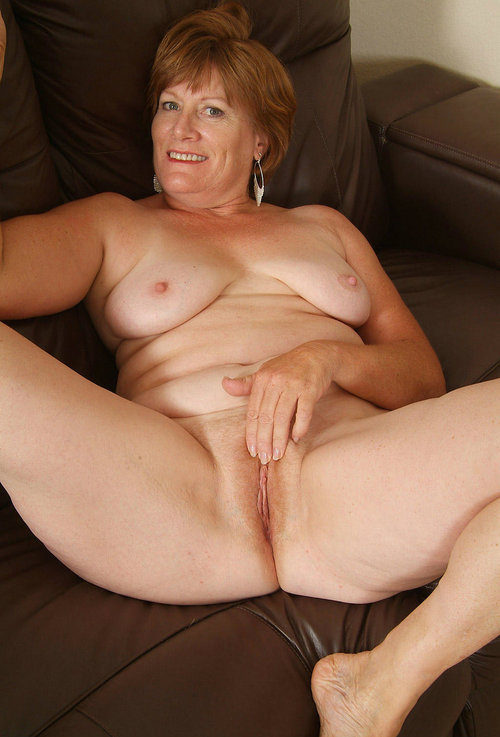 pic ofHolly is proud of her beautyful shaved vagina