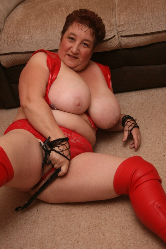 saggy tits and red underwear – messy granny carol from britain flashing her tits