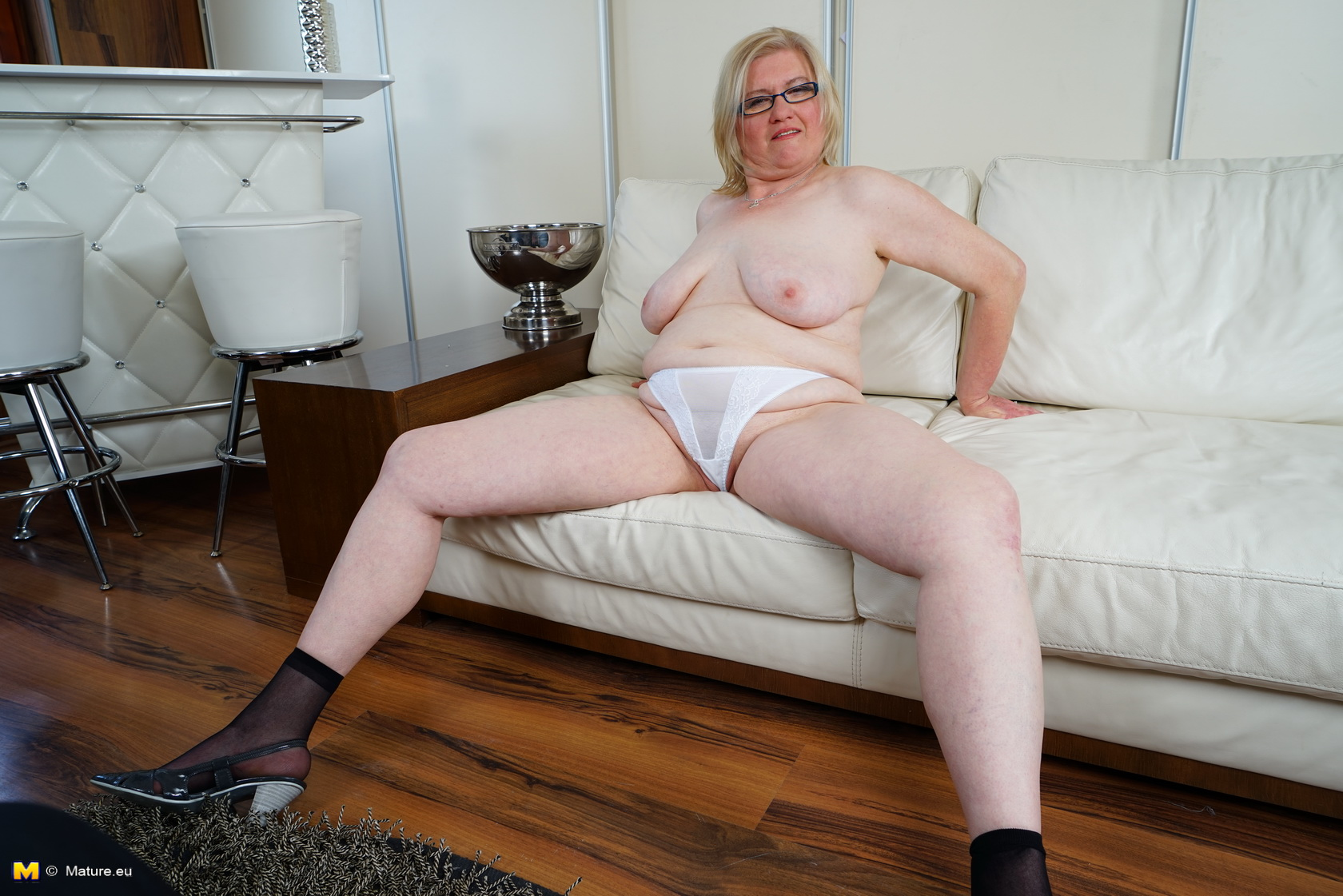 mature widdow spreads her big cunt on the couch – homemade granny selfies