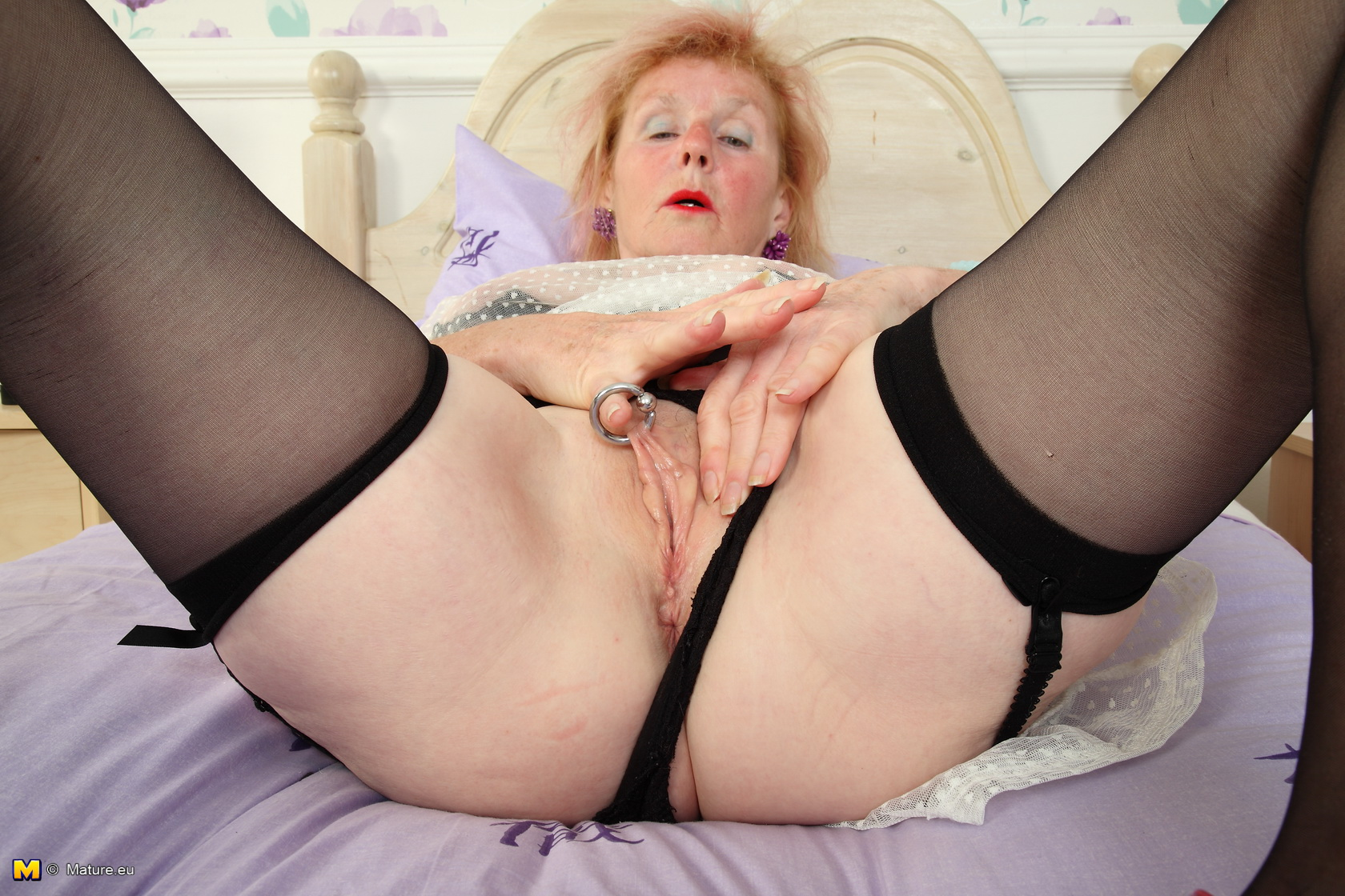 Retired Granny comes with a Surprise hidden under her skirt Hurry up !