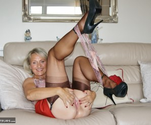 British swinger granny sugarbage fingering her ass and getting off at home