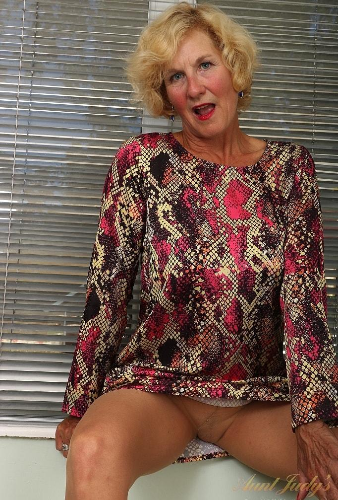 posh granny Molly posing in superb stockings and fucking herself thru nylons picture 2