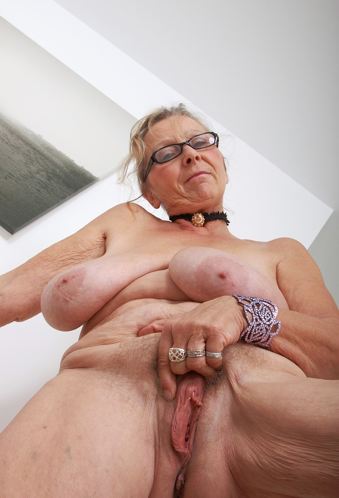 Stefanie a divorced granny with a hot old pussy flash