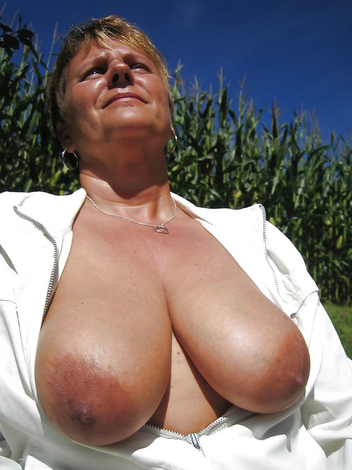 Amanda ,a  horny granny who  to give undisturbed tugjob
