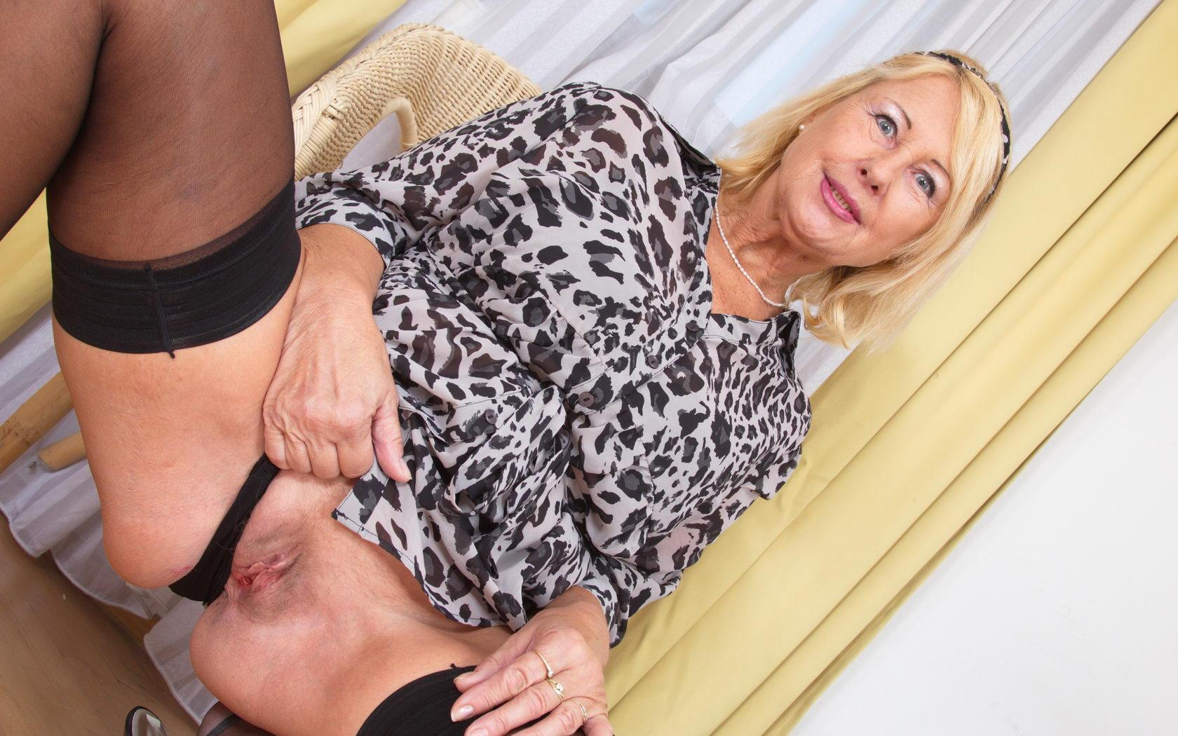 Jeanette a 65 old suversive FLASHING GRANNY loves to do it in public