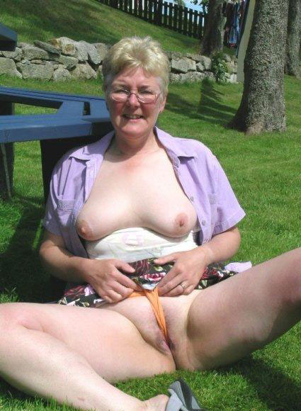 pic ofRachael rubbing her clit with her panties in the park