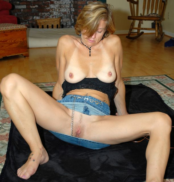 Sophie a 55 old awesome SEXY MOM doing a hot upskirt flash without panties