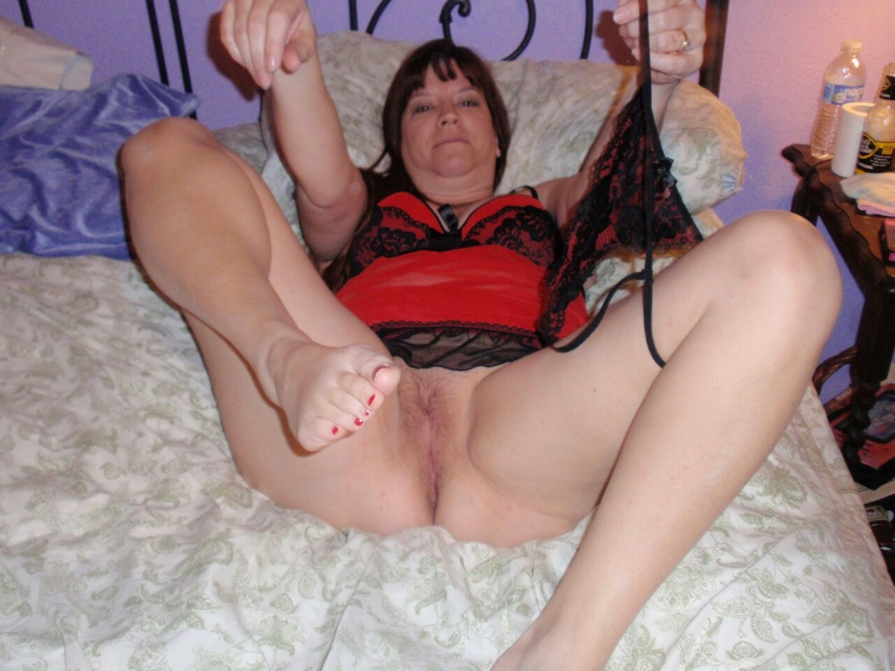 Renee a HOMEMADE GRANNY putting her panties inside her old pussy