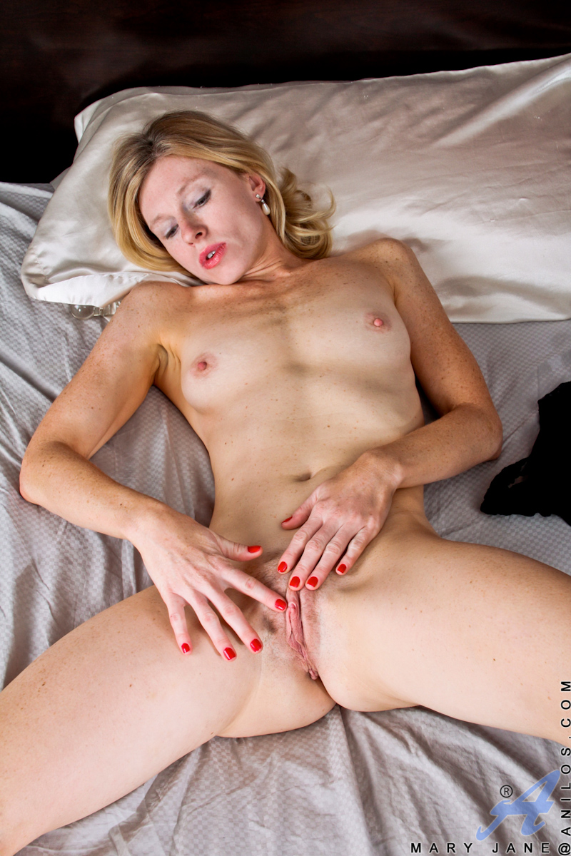 skinny single mom mary jane inserting a shiny love stick in her old used pussy