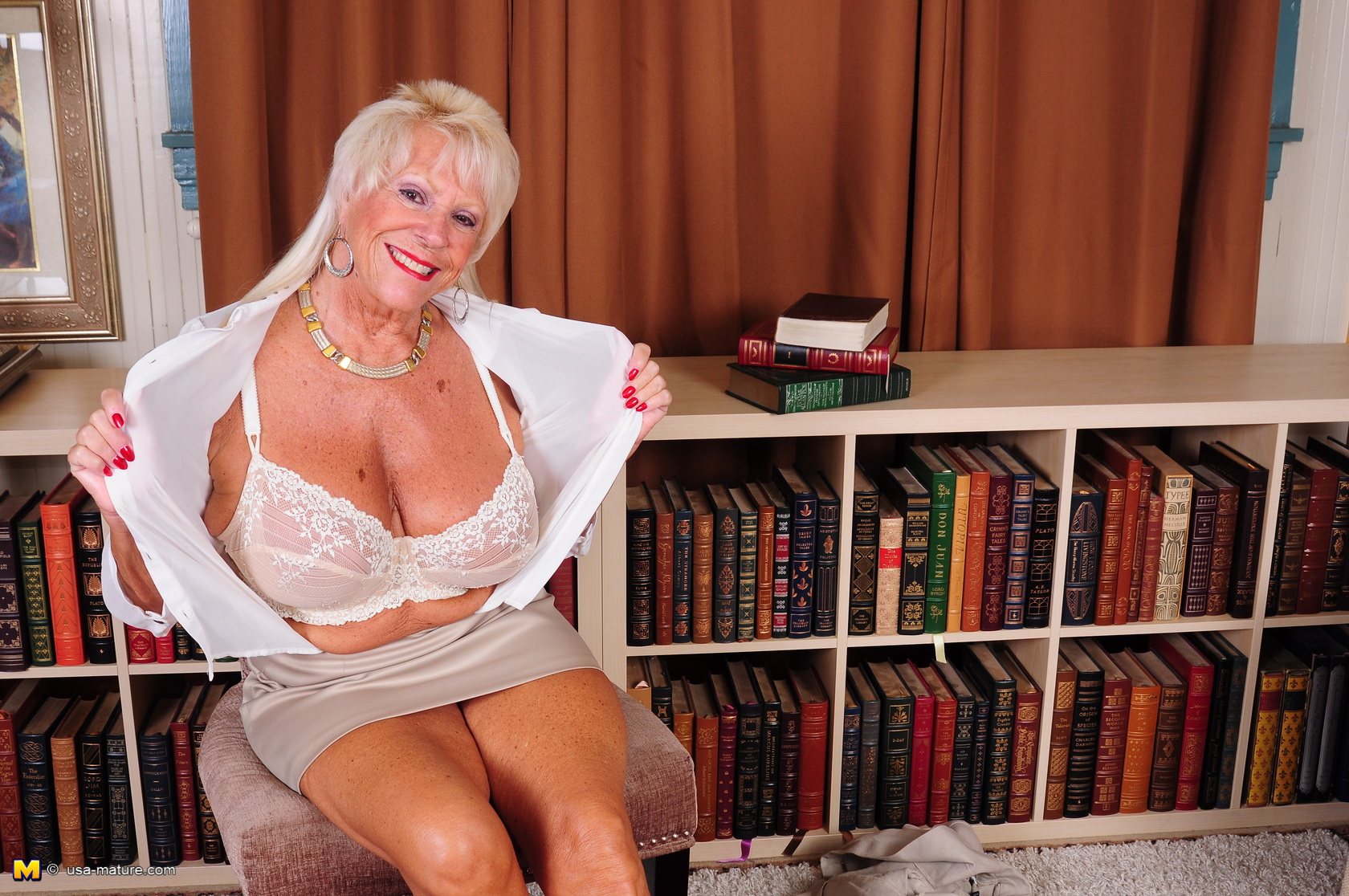 old seventies plus nana pulling out her huge ff cups – granny downblouse