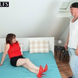 sexy mom blows the delivery guy #14_thumb