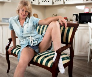 sweet hairy mature cunt upskirted by diana gold