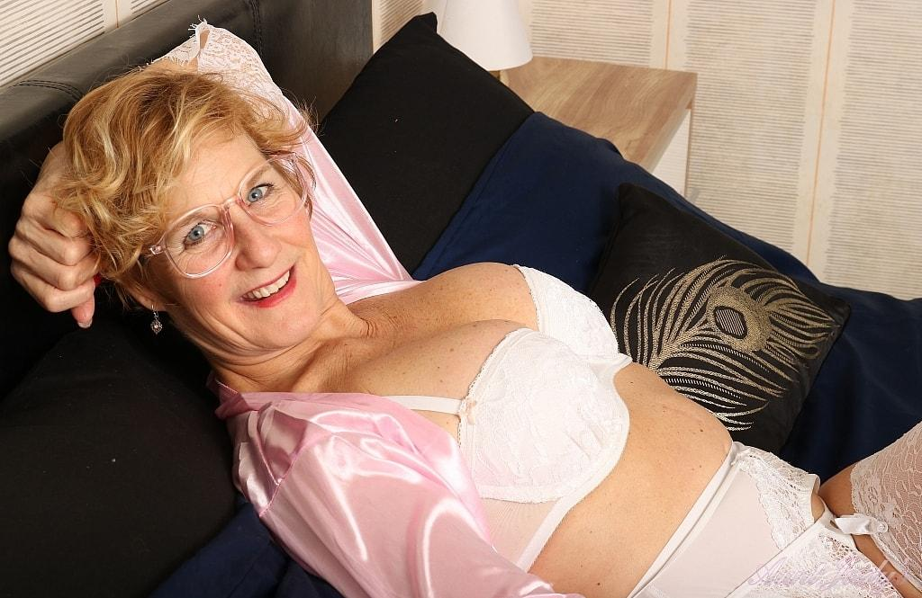 seniors sex with posh 60 year old divorced and unfucked grandma elsie  picture 2