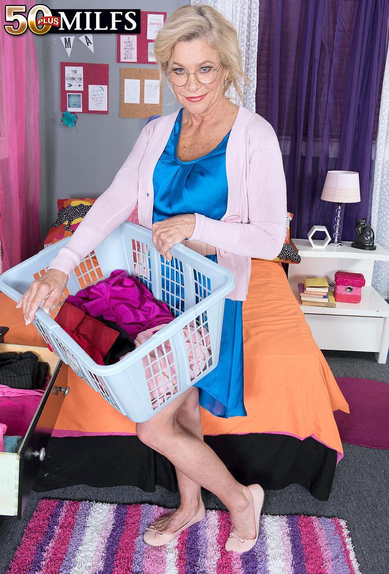 Her daughter's closet - Lauren Taylor (84 Photos) - 50 Plus MILFs picture 2